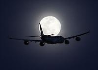 BOGOTÁ-COLOMBIA- 01-11-2012. Avión pasa frente a la luna en la ciudad de Bogotá, Colombia, noviembre 1 de 2012. An airplane crossing in front of the moon. on November 1, 2012.(Photo: VizzorImage/Felipe Caicedo