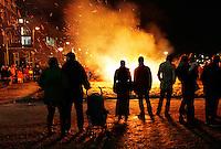 Kijken naar  een kerstboomverbranding in Amsterdam