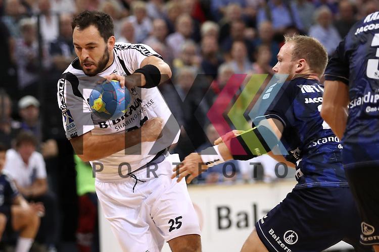 Flensburg, 21.09.16, Sport, Handball, DKB Handball Bundesliga, Saison 2016/2017, 5. Spieltag,  SG Flensburg-Handewitt - MT Melsungen : Michael M&uuml;ller (MT Melsungen, #25), Henrik Toft Hansen (SG Flensburg-Handewitt, #23)<br /> <br /> Foto &copy; PIX-Sportfotos *** Foto ist honorarpflichtig! *** Auf Anfrage in hoeherer Qualitaet/Aufloesung. Belegexemplar erbeten. Veroeffentlichung ausschliesslich fuer journalistisch-publizistische Zwecke. For editorial use only.