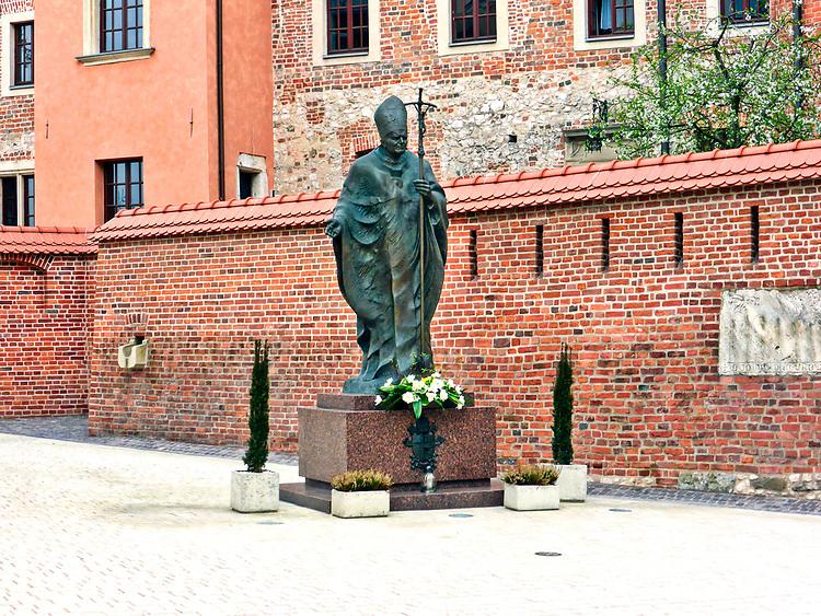 Pomnik Jana Pawła II na Wawelu, Kraków, Polska<br /> Monument to John Paul II at Wawel Castle, Cracow, Poland