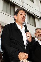 ATENCAO EDITOR IMAGEM EMBARGADA PARA VEICULOS INTERNACIONAIS - SAO PAULO, SP, 16 OUTUBRO 2012 - ELEICOES SP - FERNANDO HADDAD<br /> O candidato a prefeito de Sao Paulo, pelo Partido dos Trabalhadores (PT) Fernando Haddad durante visita ao Mercado Municipal da Lapa na regiao oeste da capital paulista. (FOTO: ADRIANA SPACA / BRAZIL PHOTO PRESS).