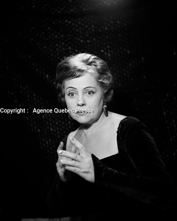 Portrait studio de Lucienne Boyer<br /> <br /> (Date inconnue)<br /> <br /> PHOTO :  Agence Quebec Presse - Roland Lachance