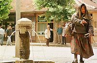 Strassenszene am Marktplatz in Prizren. Die Roma-Frau gilt in Prizren als verrueckt und wurde deshalb von den Kosovo-Albanern noch nicht vertrieben<br /> Prizren/Jugoslawien, 30.7.1999<br /> Copyright: Christian-Ditsch.de<br /> [Inhaltsveraendernde Manipulation des Fotos nur nach ausdruecklicher Genehmigung des Fotografen. Vereinbarungen ueber Abtretung von Persoenlichkeitsrechten/Model Release der abgebildeten Person/Personen liegen nicht vor. NO MODEL RELEASE! Don't publish without copyright Christian-Ditsch.de, Veroeffentlichung nur mit Fotografennennung, sowie gegen Honorar, MwSt. und Beleg. Konto: I N G - D i B a, IBAN DE58500105175400192269, BIC INGDDEFFXXX, Kontakt: post@christian-ditsch.de<br /> Urhebervermerk wird gemaess Paragraph 13 UHG verlangt.]