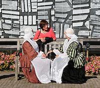 Nederland Broek op Langedijk 2015.  Nationale Folkloredag, met veel mensen in Nederlandse  klederdracht, bij Museum de BroekerVeiling. De Broekerveiling is de oudste doorvaarveiling ter wereld. Klederdracht uit Dokkum