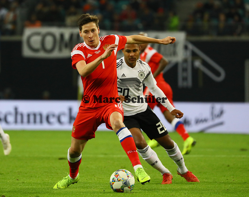Daler Kuzyaev (Russland, Russia) gegen Serge Gnabry (Deutschland Germany) - 15.11.2018: Deutschland vs. Russland, Red Bull Arena Leipzig, Freundschaftsspiel DISCLAIMER: DFB regulations prohibit any use of photographs as image sequences and/or quasi-video.