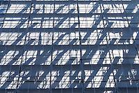 Baugeruest mit Plane an einer Baustelle in Berlin.<br /> 8.6.2016, Berlin<br /> Copyright: Christian-Ditsch.de<br /> [Inhaltsveraendernde Manipulation des Fotos nur nach ausdruecklicher Genehmigung des Fotografen. Vereinbarungen ueber Abtretung von Persoenlichkeitsrechten/Model Release der abgebildeten Person/Personen liegen nicht vor. NO MODEL RELEASE! Nur fuer Redaktionelle Zwecke. Don't publish without copyright Christian-Ditsch.de, Veroeffentlichung nur mit Fotografennennung, sowie gegen Honorar, MwSt. und Beleg. Konto: I N G - D i B a, IBAN DE58500105175400192269, BIC INGDDEFFXXX, Kontakt: post@christian-ditsch.de<br /> Bei der Bearbeitung der Dateiinformationen darf die Urheberkennzeichnung in den EXIF- und  IPTC-Daten nicht entfernt werden, diese sind in digitalen Medien nach §95c UrhG rechtlich geschuetzt. Der Urhebervermerk wird gemaess §13 UrhG verlangt.]