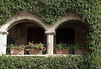 Italy, Veneto, Lake Garda, Torri del Benaco, small harbour at East Bank of Lake Garda: overgrown, roofed balcony | Italien, Venetien, Gardasee, Torri del Benaco, kleiner Hafen am Ostufer des Gardasees: zugewachsener, ueberdachter Balkon