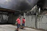 SAO PAULO, SP, 03.04.2015 - INCENDIO ITAQUERA - Homens do Corpo de Bombeiros controlam incêndio em um galpão na Rua Antonio Soares de Lara, 75 em Itaquera região leste de São Paulo. 12 viaturas foram acionadas para esta ocorrência. (Foto: Vanessa Carvalho / Brazil Photo Press)