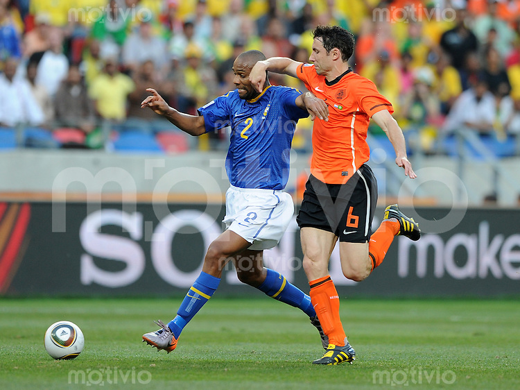 FUSSBALL WM 2010   VIERTELFINALE      02.07.2010 Holland - Brasilien MAICON (li, Brasilien) gegen Mark VAN BOMMEL (re, Holland)