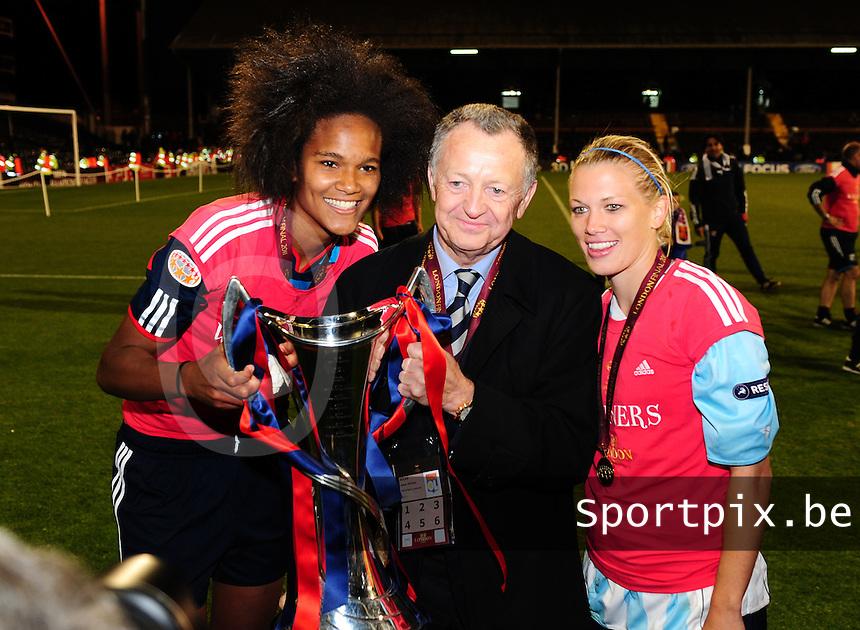 Uefa Women 's Champions League Final 2011 at Craven Cottage Fulham - London : Olympique Lyon - Turbine Potsdam : vreugde bij Lyon na de CL - winst met Wendie Renard , Jean-Michel Aulas en Lara Dickenmann.foto DAVID CATRY / JOKE VUYLSTEKE / Vrouwenteam.be.