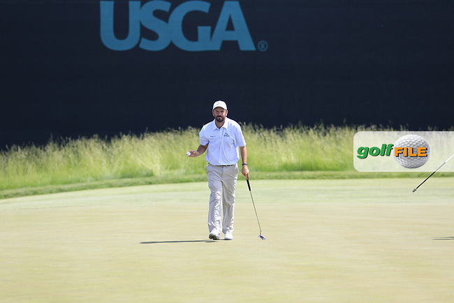 Thomas Aiken (RSA) sinks his putt on the 6th green during Friday's Round 2 of the 117th U.S. Open Championship 2017 held at Erin Hills, Erin, Wisconsin, USA. 16th June 2017.<br /> Picture: Eoin Clarke | Golffile<br /> <br /> <br /> All photos usage must carry mandatory copyright credit (&copy; Golffile | Eoin Clarke)