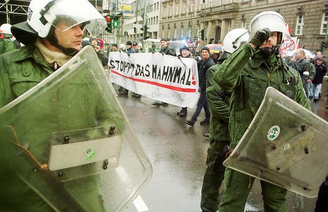 Gegen das in Berlin geplante Holocaustmahnmal rief ein sog. Buendnis gegen das Holocaustmahnmal zu einer Demonstration. 6-700 Skinheads und Rechtsextreme aus dem gesamten Bundesgebiet kamen zu der gerichtlich durchgesetzten Demonstration. Es waren fast ausschliesslich NPD-Mitglieder und Sympathiesanten. Die Organisation der Demonstration lag fest in den Haenden sogenannten Freier Kameradschaften.<br /> Hier: Polizeibeamte schuetzen die Demonstration vor Gegendemonstranten.<br /> Berlin, 29.1.2000<br /> Copyright: Christian-Ditsch.de<br /> [Inhaltsveraendernde Manipulation des Fotos nur nach ausdruecklicher Genehmigung des Fotografen. Vereinbarungen ueber Abtretung von Persoenlichkeitsrechten/Model Release der abgebildeten Person/Personen liegen nicht vor. NO MODEL RELEASE! Nur fuer Redaktionelle Zwecke. Don't publish without copyright Christian-Ditsch.de, Veroeffentlichung nur mit Fotografennennung, sowie gegen Honorar, MwSt. und Beleg. Konto: I N G - D i B a, IBAN DE58500105175400192269, BIC INGDDEFFXXX, Kontakt: post@christian-ditsch.de<br /> Bei der Bearbeitung der Dateiinformationen darf die Urheberkennzeichnung in den EXIF- und  IPTC-Daten nicht entfernt werden, diese sind in digitalen Medien nach &sect;95c UrhG rechtlich gesch&uuml;tzt. Der Urhebervermerk wird gemaess &sect;13 UrhG verlangt.]