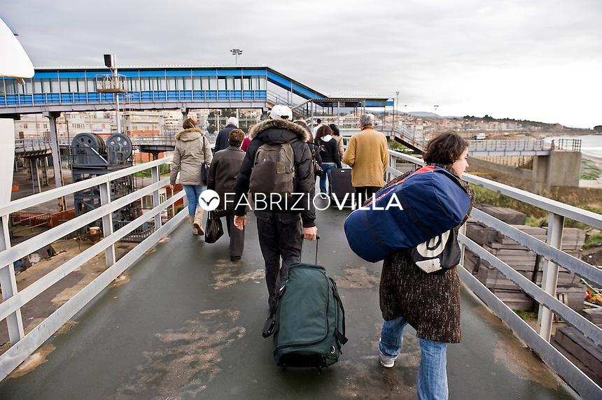 La nave traghetto Scilla della compagnia Bluvia, Ferrovie dello Stato, collega Villa San Giovanni con Messina trasportando passeggeri con auto al seguito e treni. Nella foto passeggeri scendono all'arrivo nel porto di Villa San Giovanni.