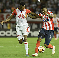 BARRANQUIILLA - COLOMBIA, 29-11-2018: Yony Gonzalez (Der.) de Junior disputa el balón con Hector Urrego (Izq.) del Santa Fe durante el encuentro entre Atlético Junior de Colombia e Independiente Santa Fe de Colombia por la semifinal, vuelta, de la Copa CONMEBOL Sudamericana 2018 jugado en el estadio Roberto Meléndez de la ciudad de Barranquilla. / Yony Gonzalez (R) of Junior struggles for the ball with Hector Urrego (L) of Santa Fe during a semifinal second leg match between Atletico Junior of Colombia and Independiente Santa Fe of Colombia as a part of Copa CONMEBOL Sudamericana 2018 played at Roberto Melendez stadium in Barranquilla city.  Photo: VizzorImage / Gabriel Aponte / Staff