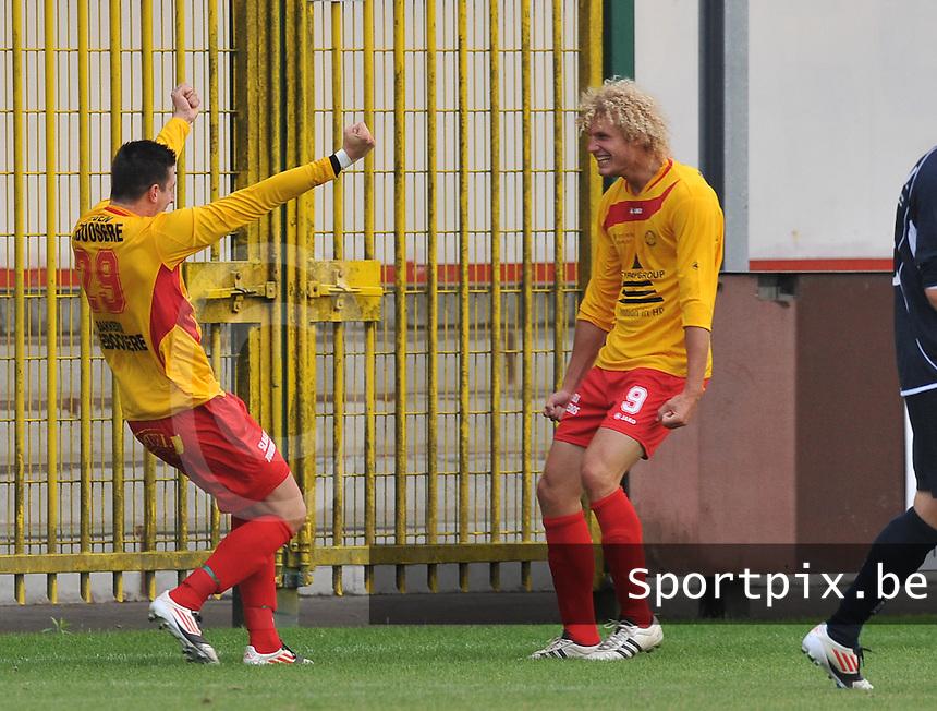 OMS Ingelmunster - Berlare : Timothy Van de Wouwer scoort de 1-0 voor Ingelmunster en viert dit met Sven Verstraete (rechts).foto VDB / BART VANDENBROUCKE