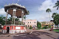 Praça com coreto e ao fundo a prefeitura de Bragança - Pará - Brasil<br />07/2000.<br />©Foto: Lilia Tandaya/Interfoto