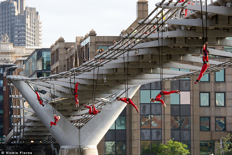 16 action specialists performed a bungee dance called Waterfall, leaping from the Millennium Bridge attached to bungees and launching the day of Surprises STREB.