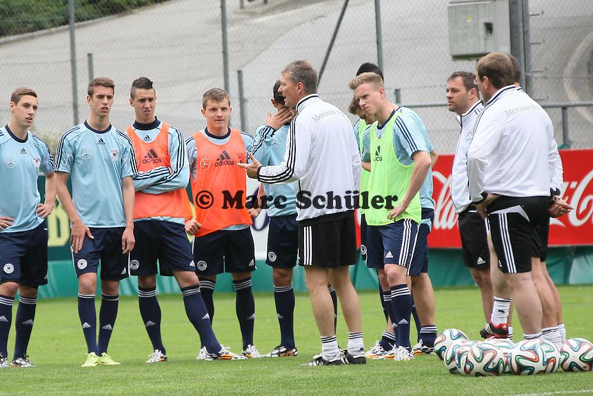 Trainer Frank Wormuth bei der Teambesprechung - Training der Deutschen U20 Nationalmannschaft im Rahmen der WM-Vorbereitung in St. Martin