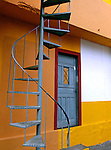 Escada circular e porta em Heliópolis. SP. Foto de Juca Martins.