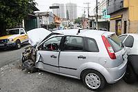 SÃO PAULO, SP, 23.11.2015 - ACIDENTE-TRÂNSITO - Um automóvel e um ônibus se envolveram em um acidente na Avenida Vila Ema na altura do número 5.200 próximo a Rua João Bernardes a via está interditada em ambos os sentidos, o motorista do automóvel sofreu ferimentos leves, no bairro da Vila Ema região leste da cidade de São Paulo nesta segunda-feira, 23.(Foto: Marcos Moraes/Brazil Photo Press)