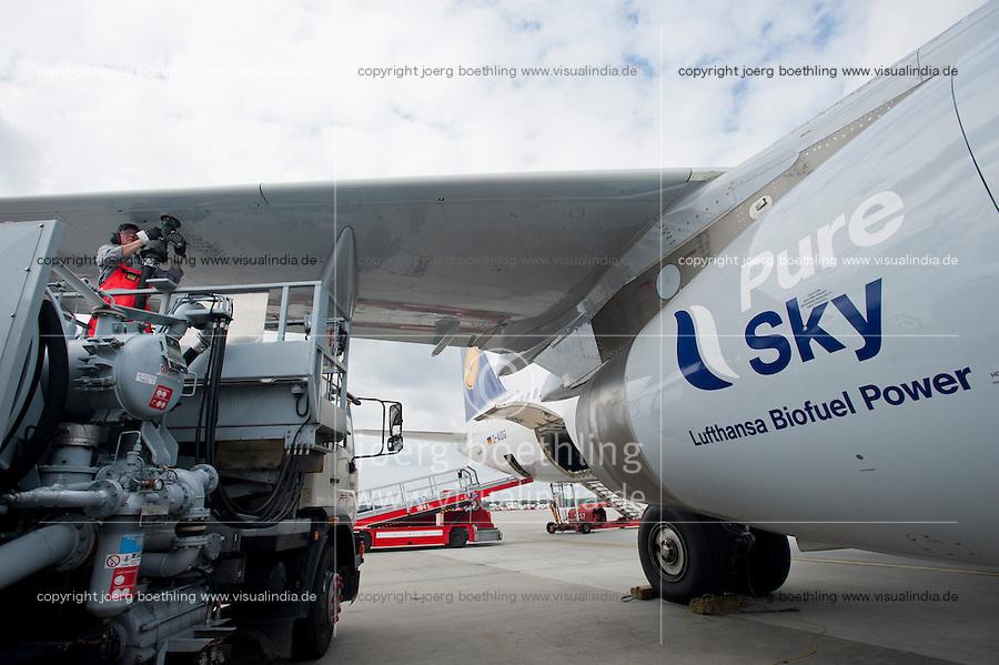 Hamburg airport, Betankung eines Lufthansa Flugzeug mit biofuel, die Lufthansa testet seit Juli 2011 im Rahmen des Forschungsprojekts burnFAIR einen Treibstoff aus nachwachsenden Rohstoffen mit einem Airbus A321 , der taeglich zwischen Hamburg und Frankfurt fliegt, dessen eines Triebwerk zu 50 Prozent mit dem bio-synthetischem Kerosin Pure Sky aus Jatropha -, Camelina Oel ( Leindotter)und tier. Fett betrieben wird, geliefert von finn. Firma Neste Oil , die auf Nachhaltigkeit zertifizierten Rohstoffe kommen von Plantagen der Firma sunbiofuels z.B. jatropha von einer ehemaligen Tabakplantage aus Mozambique  | .Europe Germany GER Hamburg airport , sky tanking of Lufthansa jet Airbus A321 , one turbine is powered with 50 percent biofuel a blend of Jatropha , Camelina oil and animal grease