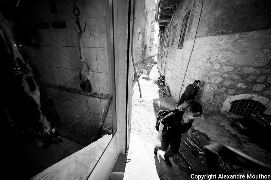 A l'arri&egrave;re d'une art&egrave;re commerciale de la ville de Mardin.<br /> <br /> At the rear of a commercial artery of the city of Mardin.