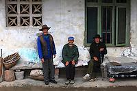 Pas de retraite pour les anciens qui sont à la charge de la famille.///No retirement for the elderly who take care of the family.