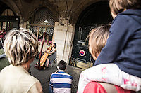 Paris Fete de la musique   Festa della Musica 2015  Music Festival Gente ascolta una arpista <br /> People listen to a harpist