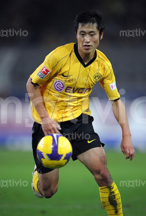 FUSSBALL   1. BUNDESLIGA   SAISON 2008/2009   11. SPIELTAG Borussia Dortmund - VfL Bochum         02.11.2008 Young-Pyo LEE (Borussia Dortmund) Einzelaktion am Ball