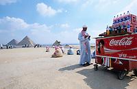 AEGYPTEN Kairo Cairo, Westliche Touristen an den Pyramiden von Gizeh in Giza , Coca Cola und Wasser Verkauf / EGYPT Cairo, western tourist at pyramid of Giza Gizeh , coca cola and water sale
