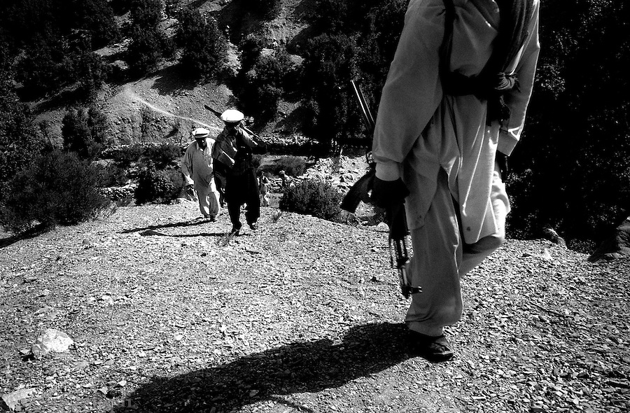 barwaiz raghzai hills, south waziristan, pakistan april 2004: men from the ahmedzai tribal lashkar spread out across the hills as they approach a suspected al qaeda hideout.<br />