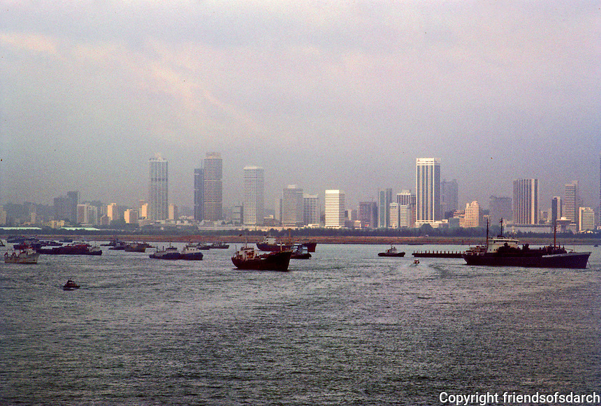 Singapore: Ships in Roadsted. Photo '82.