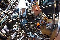 """QUERETARO, QRO.- En la entidad se encuentra la agencia más grande de América Latina, que cuenta con sala de exhición de las motocicletas, accesorios y refacciones, además de tener un taller mecánico y una boutique.<br /> <br /> Esta agencia en su infraestructura es considerada autosustentable y amigable con el medio ambiente, ya que cuenta con iluminación solar, planta de tratamiento de aguas residuales, además que que la construcción ha sido hecha por diseño y proveedores queretanos; esto les llevó a recibir el reconocimiento """"Best in Store Design, México 2010"""".<br /> <br /> Dirigida por el empresario y corredor de autos tipo nascar Oscar Peralta; esta agencia brinda servicio a todos los poseedores de una motocicleta de esta marca independientemente del lugar donde se compró. Entre las modificaciones más comunes hechas en taller es modificación de escape, filtro de aire, configuración electrónica, de tal modo que el cliente personaliza su propia motocicleta. Los clientes más comunes además del estado son de los estados de San Luis Potosí, Guanajuato y Df.<br /> <br /> Además del atractivo que puede brindar la agencia es en este lugar donde tuvieron la genialidad de reunir las de mil quinientas motocicletas en la rodada más grande del país en 2010.<br /> <br /> En la tienda se puede apreciar un ejemplar de 1916 que funciona perfectamente, además de todo tipo de accesorios que van desde ropones para bebé, cochinitos para ahorar monedas, cascos, guantes, chamarras, playeras y camisa, hasta placas personalizadas para las mascotas o llaveros.<br /> <br /> Foto: Demian Chávez / OBTURE PRESS AGENCY"""