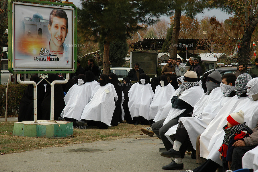 """2004..Kamikaze candidates entirely veiled during the meeting of """"Commemorating Martyrs of the Global Islamic Movement"""" in the Behesht-e-Zahra cemetery...Candidats kamikazes complètement voilés lors du meeting du groupe """"Commemorating Martyrs of the Global Islamic Movement"""" dans le cimetière Behesht-e-Zahra."""