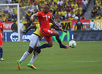 BARRANQUILLA -COLOMBIA, 10-NOVIEMBRE-2016. Carlos Sanchez (Izq.) jugador de Colombia disputa el balón con Arturo Vidal (Der.) de Chile durante el  encuentro  por las eliminatorias al mundial de Rusia 2018  disputado en el estadio Metropolitano Roberto Meléndez de Barranquilla./ Carlos Sanchez (R) Colombia player fights for the ball withArturo Vidal(L) of Chile during the qualifying match for the 2018 World Championship in Russia Metropolitano Roberto Melendez stadium in Barranquilla . Photo:VizzorImage / Felipe Caicedo  / Staff