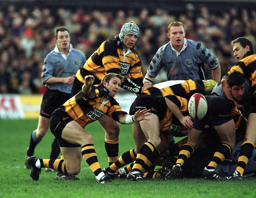 Photo : Garvin Davies.Newport v Cardiff Welsh/Scottish League 26-12-00.Newport Scrum-half Dale Burn spins the ball wide