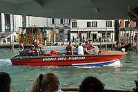 Le bateau des pompiers. (Venise, Octobre 2006)