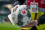 """Ein Mitarbeiter des Sicherheitsdienstleisters """"Elko"""" bei Desinfizieren eines Spielballs<br /> <br /> Sport: Fussball: 1. Bundesliga: Saison 19/20: <br /> 26. Spieltag: SV Werder Bremen vs Bayer 04 Leverkusen, 18.05.2020<br /> <br /> Foto ©  gumzmedia / Nordphoto / Andreas Gumz / POOL <br /> <br /> Nur für journalistische Zwecke! Only for editorial use!<br />  DFL regulations prohibit any use of photographs as image sequences and/or quasi-video."""