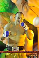 RIO DE JANEIRO, RJ, 21 DE FEVEREIRO DE 2012 - Desfiles das Escolas de Samba do Grupo Especial -  O atleta de MMA, Frank Edgar da Grande Rio durante o desfile da escola na Marquês de Sapucaí. FOTO GLAICON EMRICH - AGÊNCIA BRAZIL PHOTO PRES