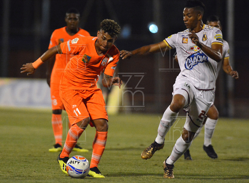 ENVIGADO -COLOMBIA, 01-09-2018: Duvan Vergara (Izq) jugador de Envigado FC disputa el balón con Omar Albornoz (Der) jugador de Deportes Tolima durante partido por la fecha 7 de la Liga Águila II 2018 realizado en el Polideportivo Sur de la ciudad de Envigado. / Duvan Vergara (L) player of Envigado FC fights for the ball with Omar Albornoz (R) player of Deportes Tolima during match for the date 7 of the Aguila League II 2018 played at Polideportivo Sur in Envigado city.  Photo: VizzorImage/ León Monsalve / Cont