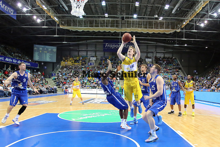 Robin Smeulders (EWE) gegen Dawan Robinson und Jacob Burtschi (Skyliners) - Fraport Skyliners vs. EWE Baskets Oldenburg, Fraport Arena Frankfurt