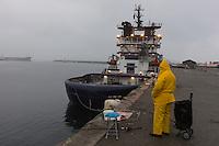 France, Bretagne, (29), Finistère, Brest:  Le Port, Pêcheur et le Remorqueur: Abeille-Bourbon