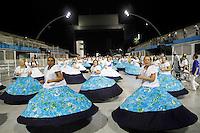 SÃO PAULO, SP, 10 DE FEVEREIRO DE 2012 - ENSAIO VILA MARIA  integrante durante ensaio técnico da Escola de Samba Vila Maria na preparação para o Carnaval 2012. O ensaio foi realizado na noite deste sabado 11 no Sambódromo do Anhembi, zona norte da cidade.FOTO ALE VIANNA - NEWS FREE