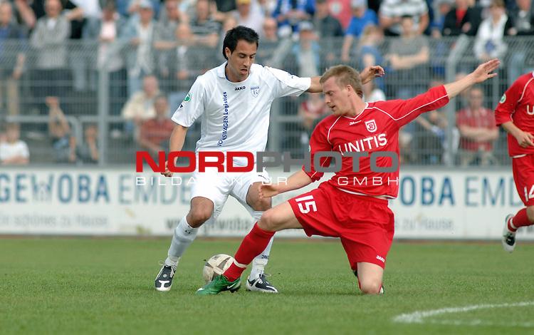 3. FBL 2008/2009 31. Spieltag RŁckrunde BSV Kickers Emden vs. SSV Jahn Regensburg, Tom Moosmayer (Emden #8) gegen Manuel Hiemer (Regensburg #15) , Foto © nph (nordphoto)