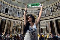 Roma, 13 Giugno 2012.Pantheon..Giovani precari, studenti, lavoratori, occupano il Pantheon contro il ddl Fornero, la riforma del lavoro , l'austerità e i tagli all welfare.
