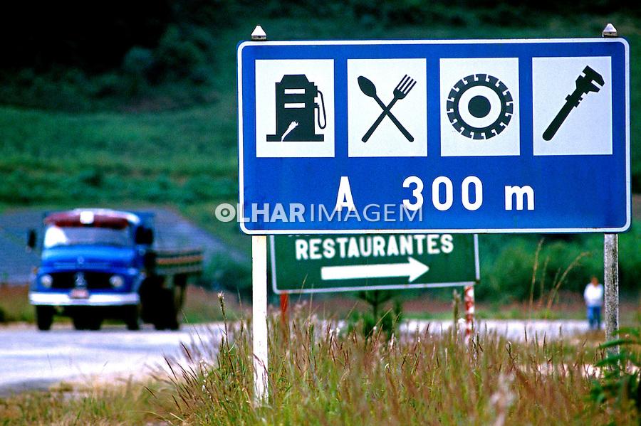 Placas de sinalização em estrada. Minas Gerais. 1990. Foto de Juca Martins