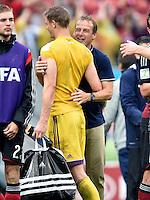 FUSSBALL WM 2014  VORRUNDE    GRUPPE G USA - Deutschland                  26.06.2014 Trainer Juergen Klinsmann (USA, re) scherzt nach dem Abpfiff mit Torwart Manuel Neuer (li, Deutschland)