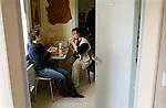 Cedric a 30 ans,  vit dans son studio, son pere est a l origine de la creation de l association Prepare toit, il y a plus de dix ans.  regulierement il retrouve son voisin David pour manger, discuter,ou regarder la télévision. Vernon juin 2008