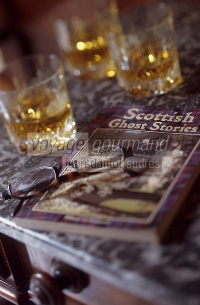 Europe/Grande-Bretagne/Ecosse/Moray/Speyside/Env de Dufftown : Linn House - Trois verres de whisky et un livre sur les histoires de fantômes