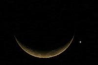 SAO PAULO, SP, 08.09.2013 - LUA OCULTARÁ PLANETA VENUS - Planeta Venus (D) e visto bem proximo da Lua na noite deste domingo, onde acontece o fenomeno que a Lua ocultara o planeta mais brilhante avistado da Terra. Vista a partir da cidade de São Paulo na noite deste domingo, 08. (Foto: William Volcov / Brazil Photo Press).